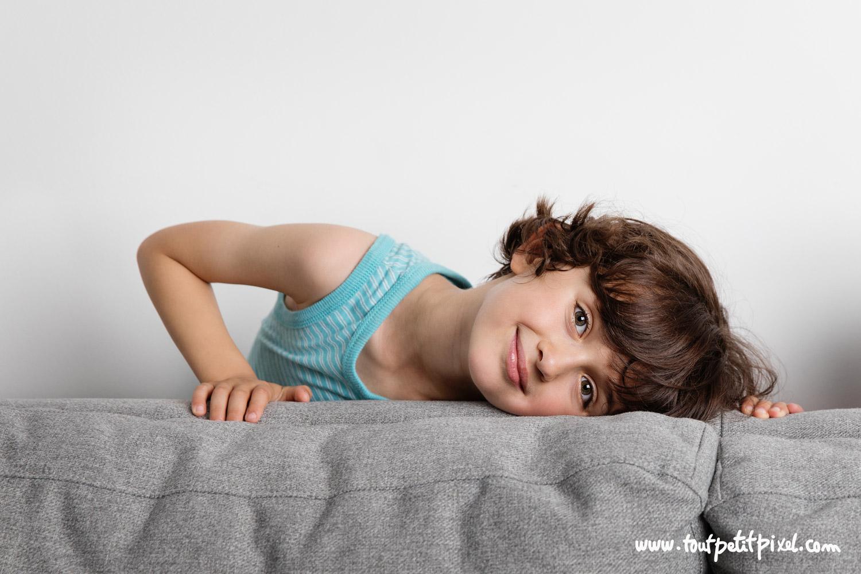 Portrait d'un jeune garçon brun par Tout Petit Pixel, photographe enfant lifestyle à Marseille