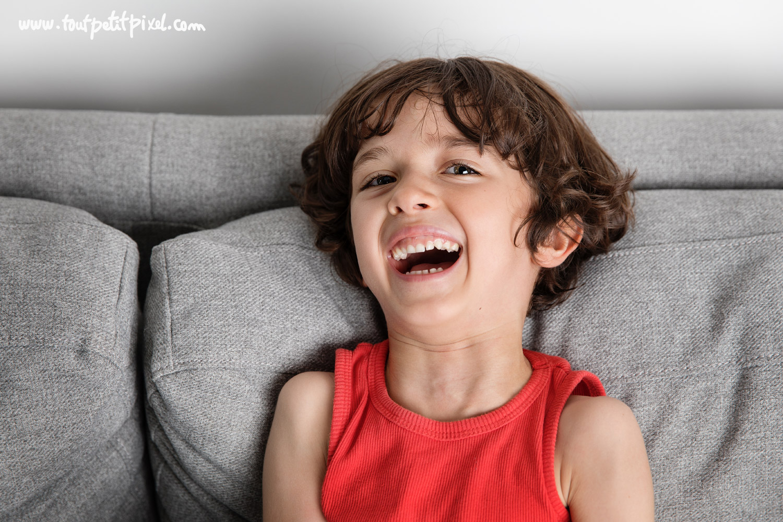 Portrait d'un enfant qui rit par Tout Petit Pixel, photographe enfant lifestyle à Marseille