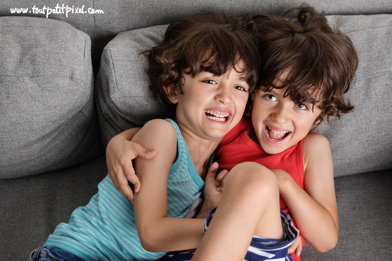 Frères jumeaux qui rient ensemble par Tout Petit Pixel, photographe enfant lifestyle à Marseille