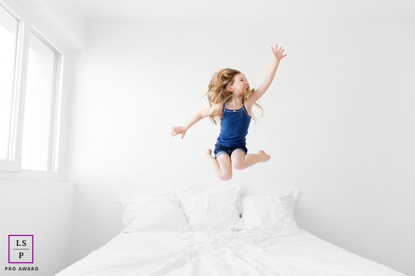 Petite fille qui saute sur le lit par Tout Petit Pixel, photographe enfant lifestyle