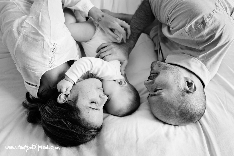 Moment tendresse papa maman et bébé par Tout Petit Pixel, photographe bebe lifestyle à Marseille