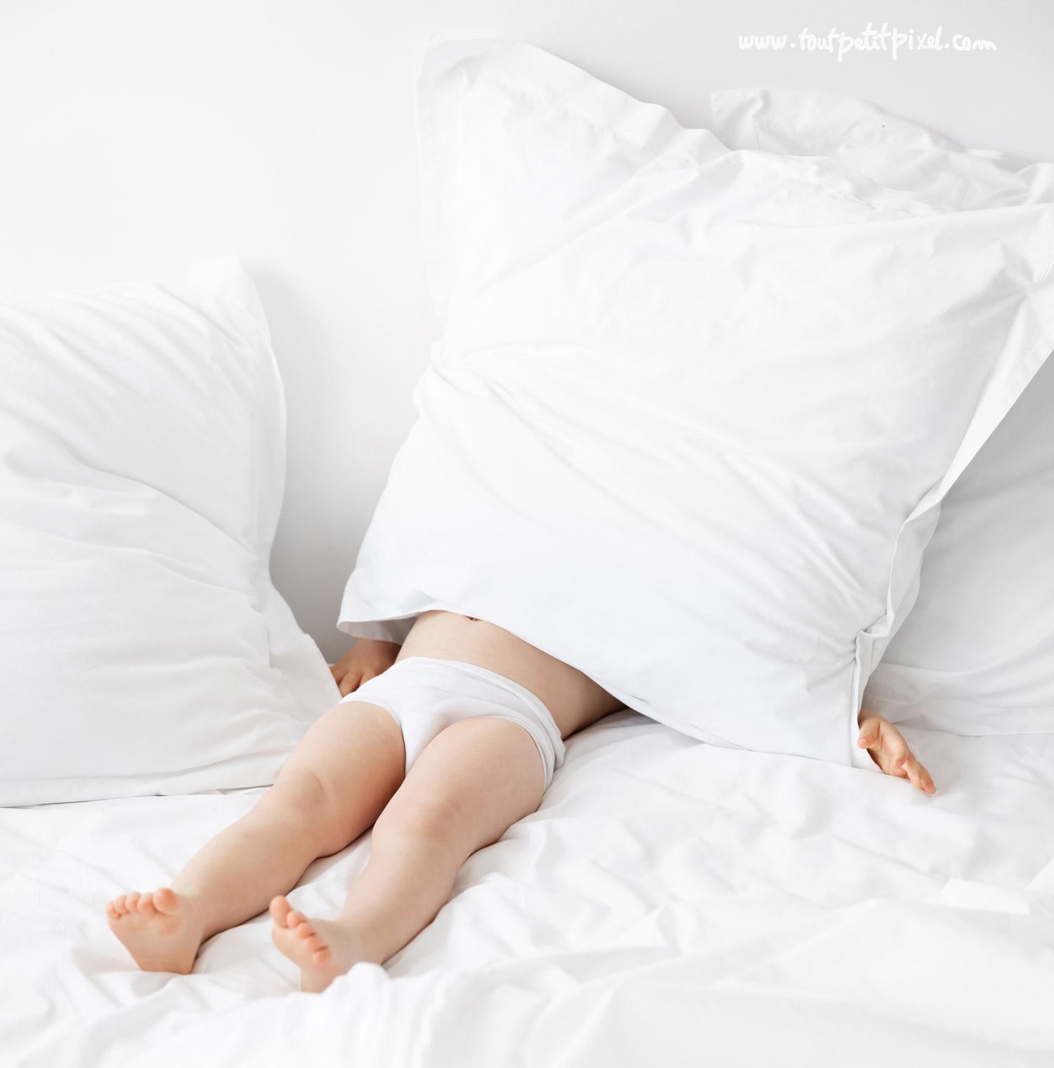 Enfant caché sous un coussin par Tout Petit Pixel, photographe enfant lifestyle à Marseille
