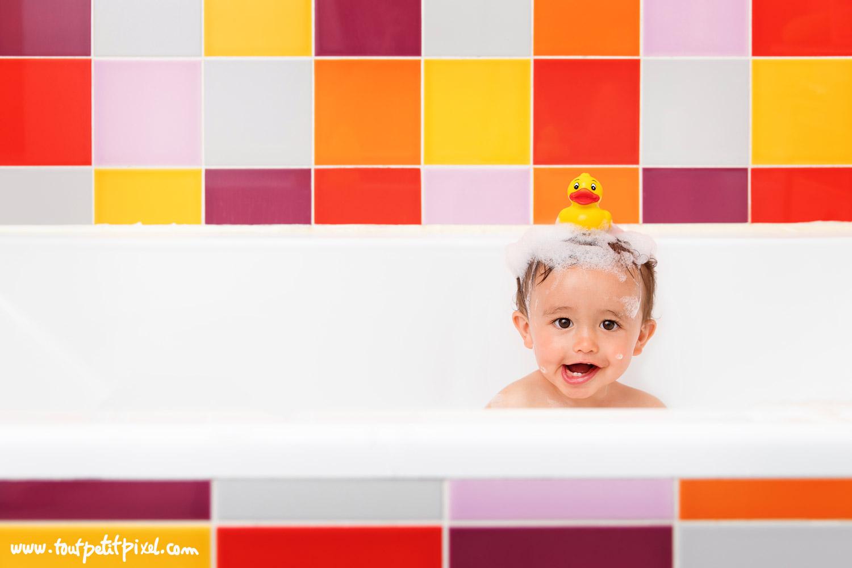 bébé rigolo avec un canard de bain sur la tête par Tout Petit Pixel, photographe enfant lifestyle