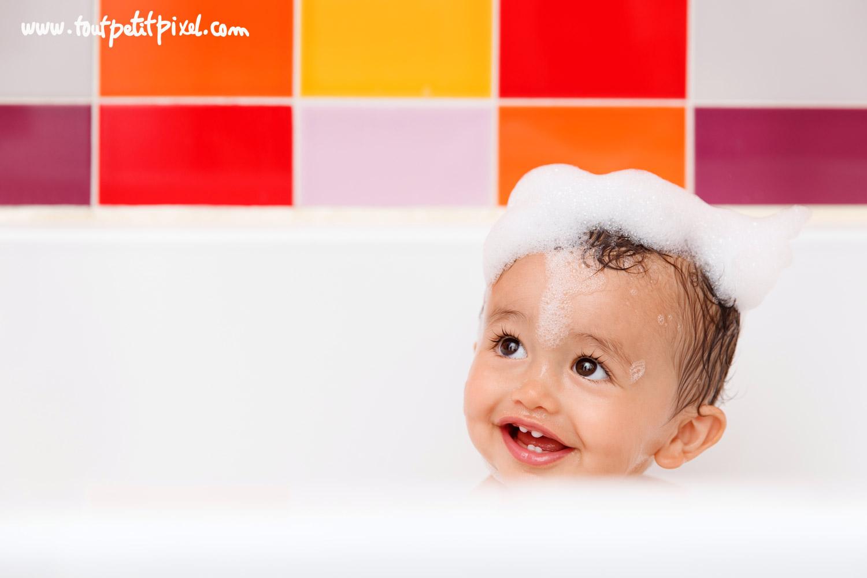 Bébé au bain avec de la mousse sur la tête par Tout Petit Pixel, photographe bébé lifestyle à Marseille