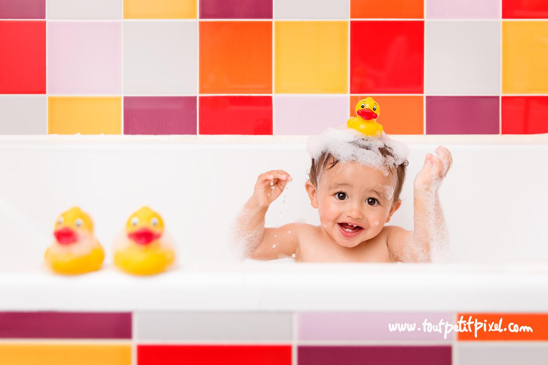 Bébé rigolo avec un canard de bain sur la tête par Tout Petit Pixel, photographe bébé lifestyle à Marseille