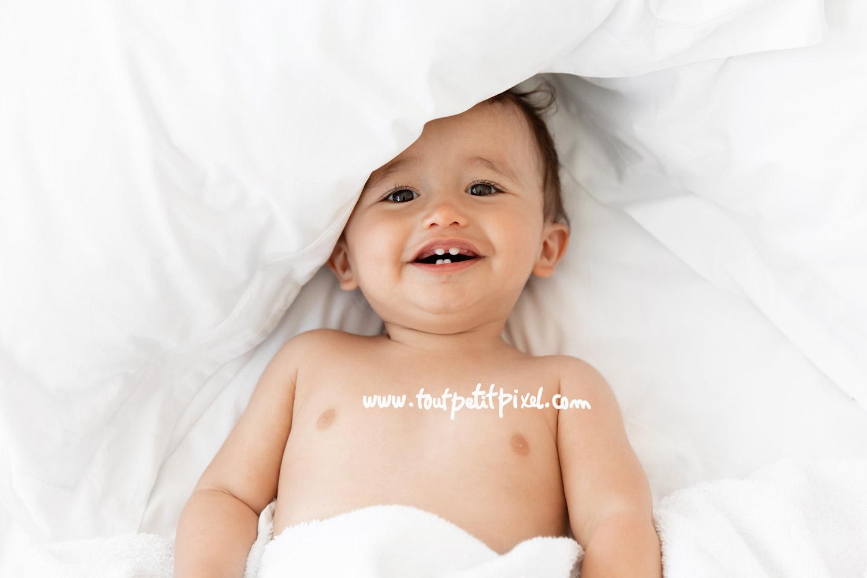 Portrait de bébé qui sourit par Tout Petit Pixel, photographe bébé lifestyle à Marseille