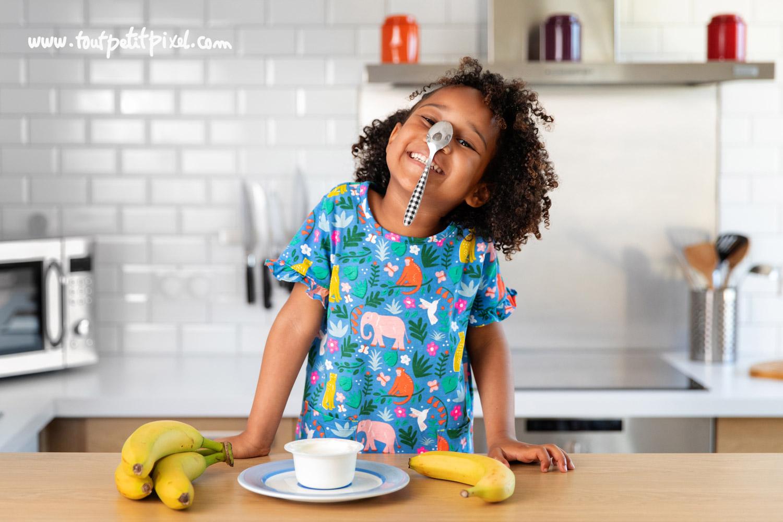 Petite fille qui tient une cuillere en equilibre sur son nez par Tout Petit Pixel, photographe enfant Marseille