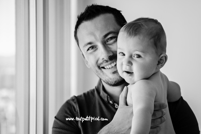 Portrait en noir et blanc d'un papa et son bébé par Tout Petit Pixel, photographe bebe lifestyle à Marseille