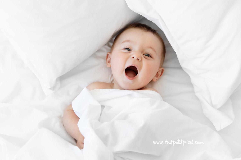 Portrait de bébé qui rit par Tout Petit Pixel, photographe bebe lifestyle à Marseille