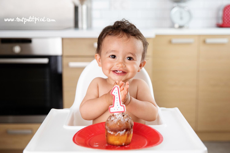 Un bébé fête son premier anniversaire avec gateau et bougie par Tout Petit Pixel, photographe bebe Marseille