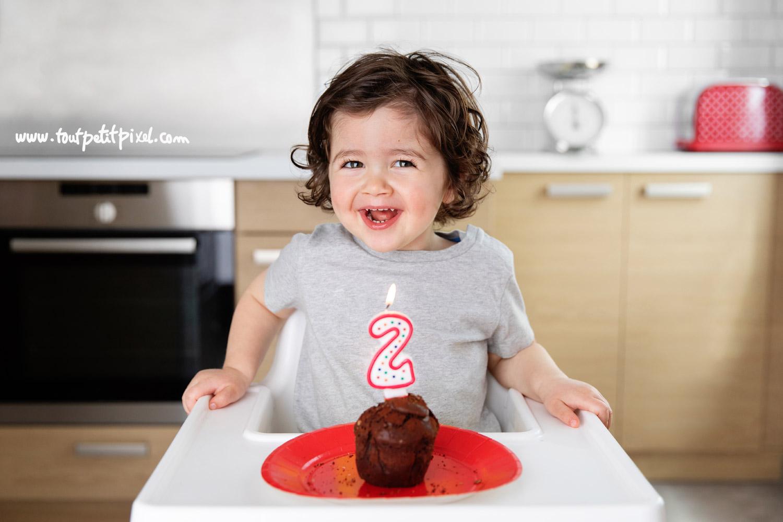 Un jeune enfant fête son deuxième anniversaire avec gateau et bougie par Tout Petit Pixel, photographe enfant Marseille