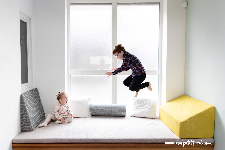Enfants qui sautent sur un canapé par Tout Petit Pixel, photographe famille lifestyle à Marseille