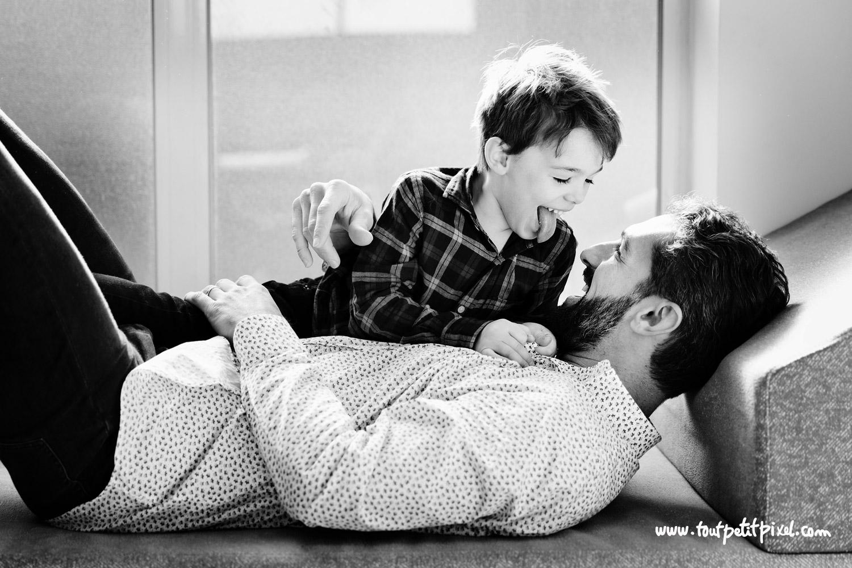 Enfant qui tire la langue à son papa par Tout Petit Pixel, photographe famille lifestyle à Marseille