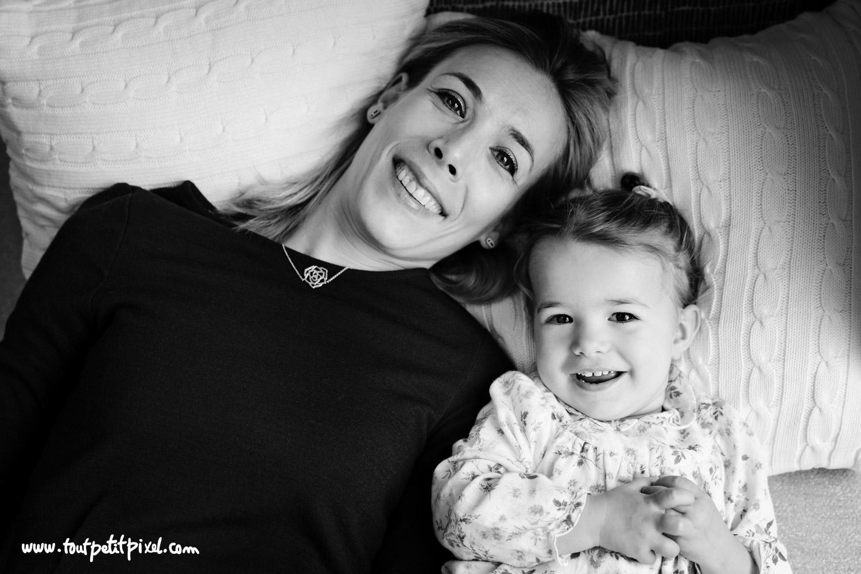 Portrait mère enfant en noir et blanc par Tout Petit Pixel, photographe famille lifestyle à Marseille