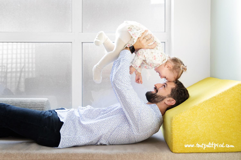 Papa qui joue avec sa petite fille à domicile par Tout Petit Pixel, photographe famille lifestyle à Marseille