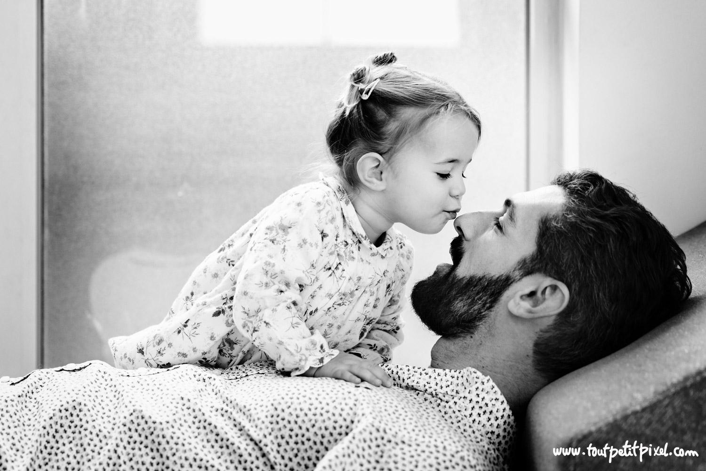 Petite fille qui fait un bisou sur le nez à son papa par Tout Petit Pixel, photographe famille lifestyle à Marseille