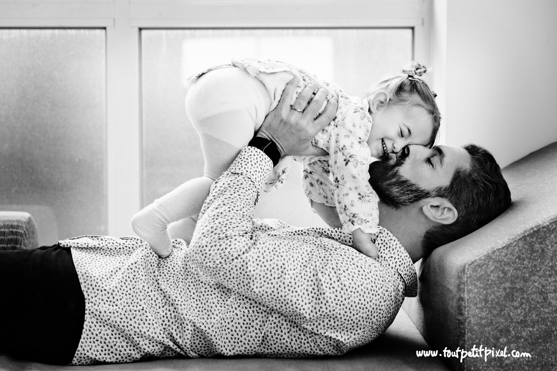 Papa qui fait un bisou à sa petite fille par Tout Petit Pixel, photographe famille lifestyle à Marseille