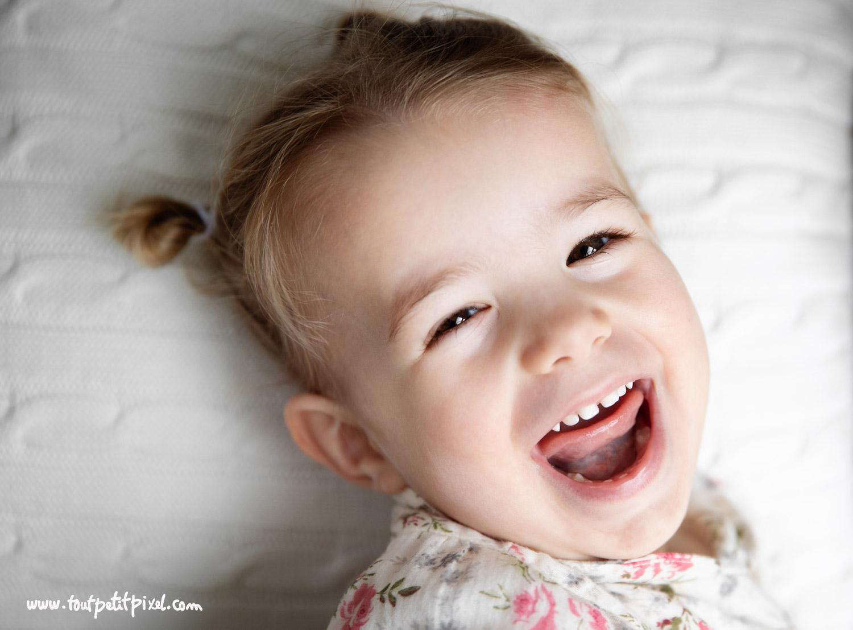 Petite fille qui rit avec la bouche ouverte par Tout Petit Pixel, photographe famille lifestyle à Marseille