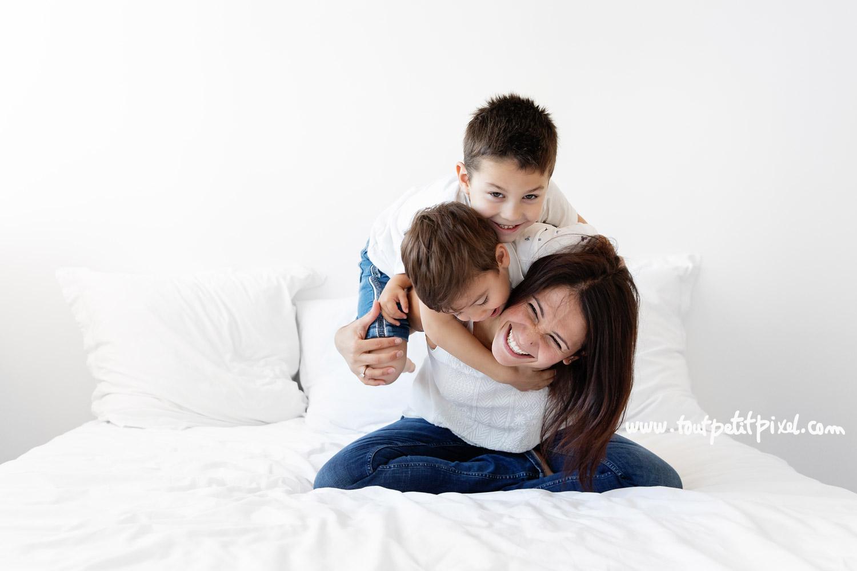 Maman et enfants qui chahutent sur le lit par Tout Petit Pixel, photographe famille lifestyle
