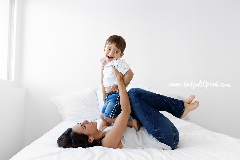 mere-et-fils-qui-jouent-sur-un-lit.jpg