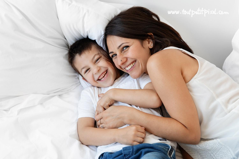 Maman et enfant qui se font un calin en riant par Tout Petit Pixel, photographe famille lifestyle