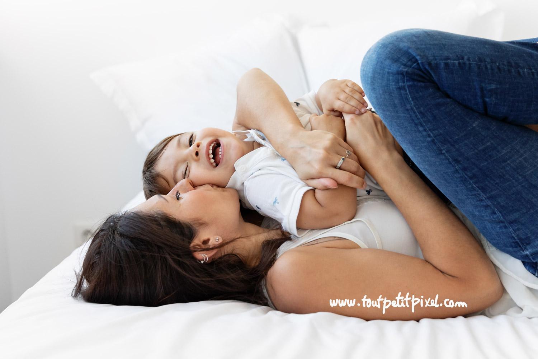 Maman qui fait un bisou à son petit garçon par Tout Petit Pixel, photographe enfant et famille lifestyle