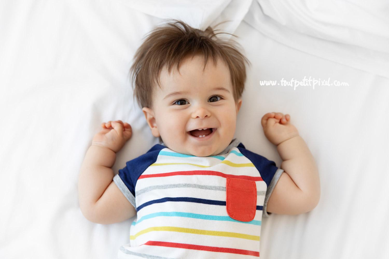 Portrait de bébé qui sourit par Tout Petit Pixel, photographe bebe Marseille