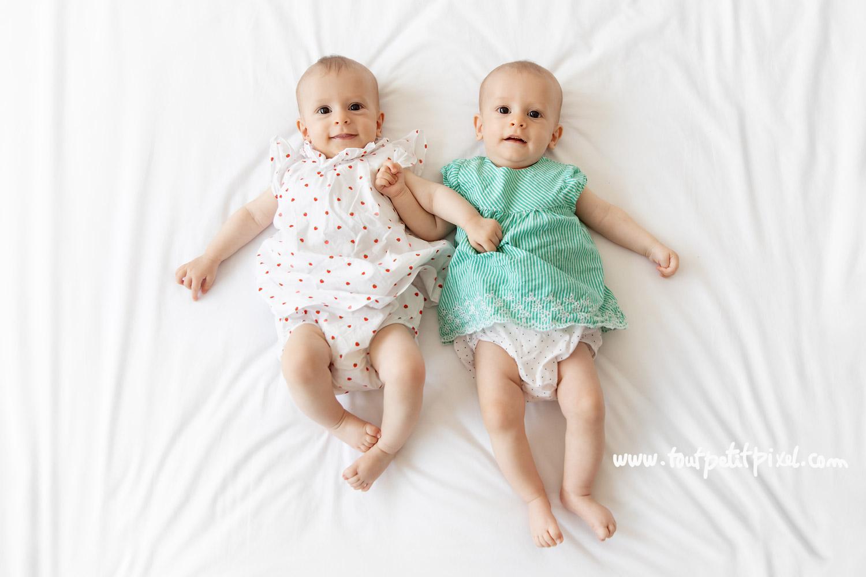 Bébés jumelles de 5 mois par Tout Petit Pixel, photographe bébé jumeaux Marseille