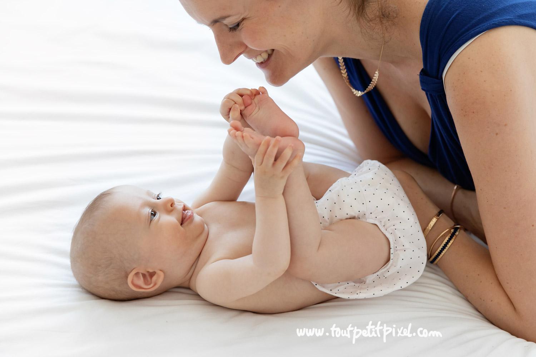 Maman qui sourit à son bébé par Tout Petit Pixel, photographe bébé Marseille