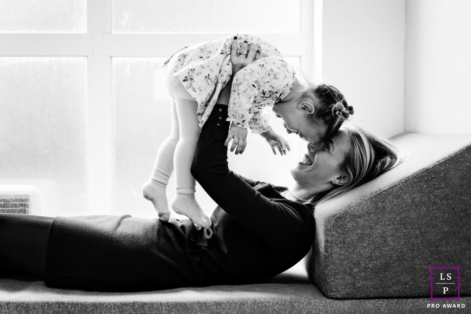 Une maman et son bebe jouent et rient sur le canape par Tout Petit Pixel, photographe enfant et famille lifestyle