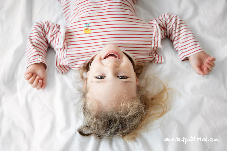 Portrait de petite fille qui sourit par Tout Petit Pixel, photographe enfant et famille Marseille