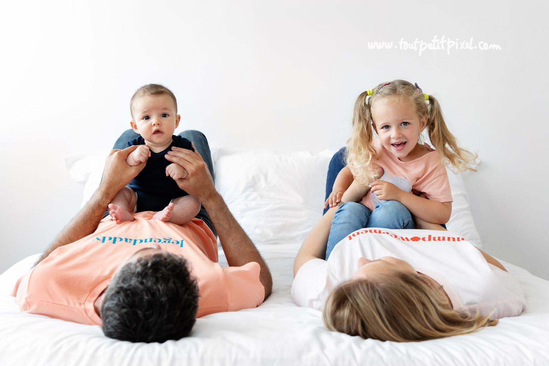 Photo de famille lifestyle par Tout Petit Pixel, photographe bebe et famille Marseille