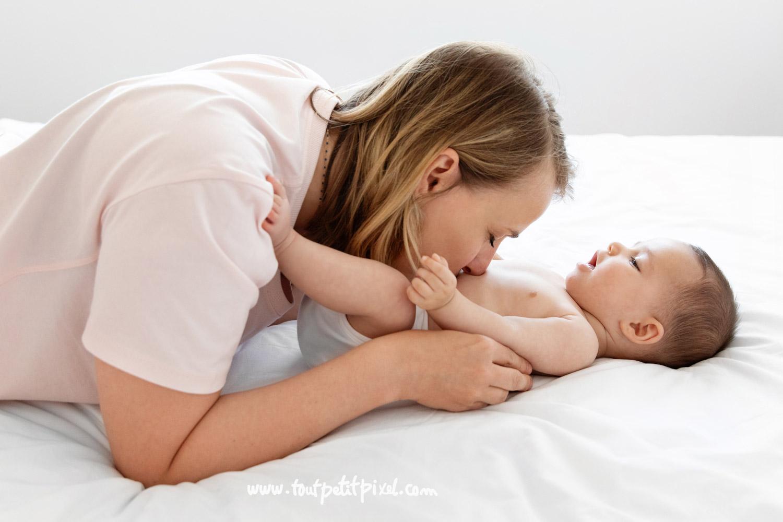Maman qui fait un bisou sur le ventre de son nouveau-ne par Tout Petit Pixel, photographe bebe et famille Marseille