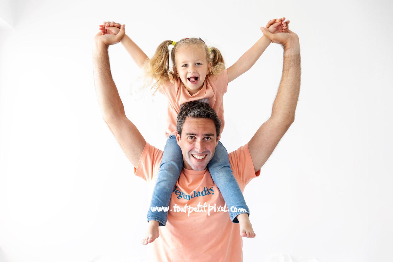 Petite fille qui rit sur les epaules de son papa par Tout Petit Pixel, photographe enfant et famille Marseille