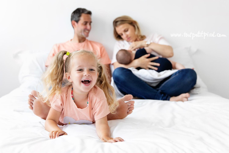 Photo de naissance en famille lifestyle par Tout Petit Pixel, photographe enfant et famille Marseille