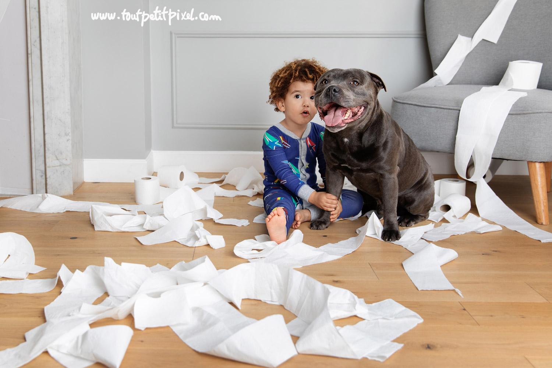 Enfant-et-chien-qui-font-des-betises.jpg