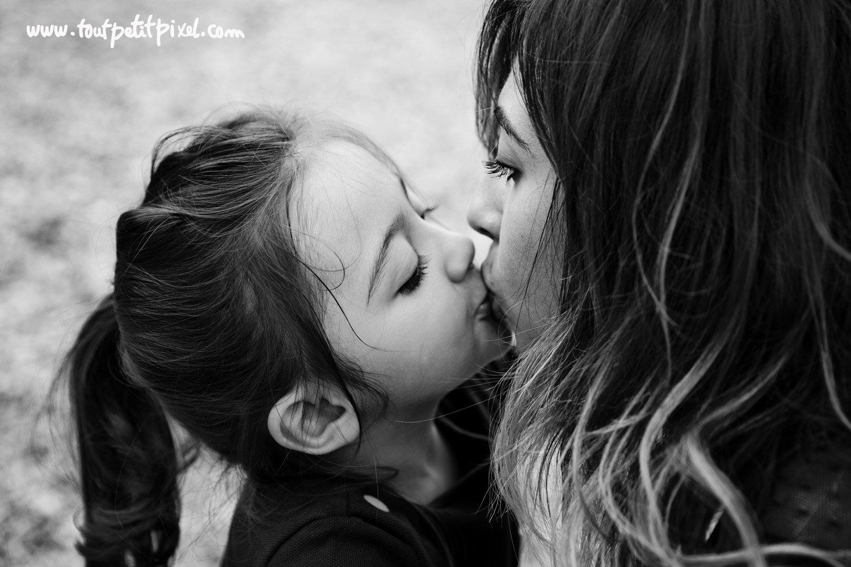 Une maman et sa petite fille qui se font un bisou par Tout Petit Pixel, photographe enfant et famille Marseille