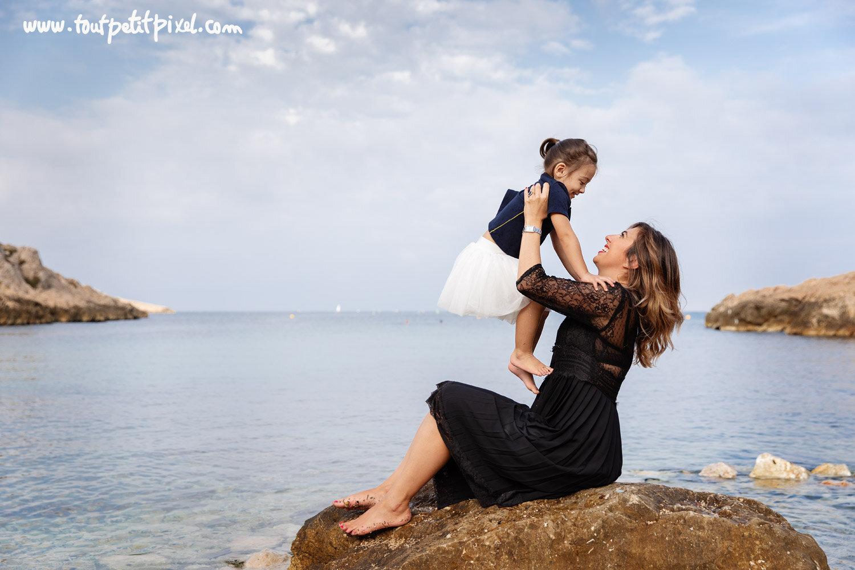 Photo maman enfant au bord de la mer par Tout Petit Pixel, photographe enfant et famille Marseille