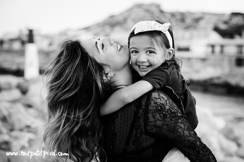 Une mere et sa petite fille qui se font un calin au bord de la mer par Tout Petit Pixel, photographe enfant et famille Marseille