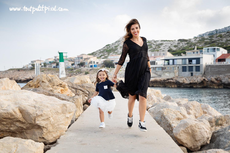 Une maman et sa petite fille qui courent en bord de mer par Tout Petit Pixel, photographe enfant et famille Marseille