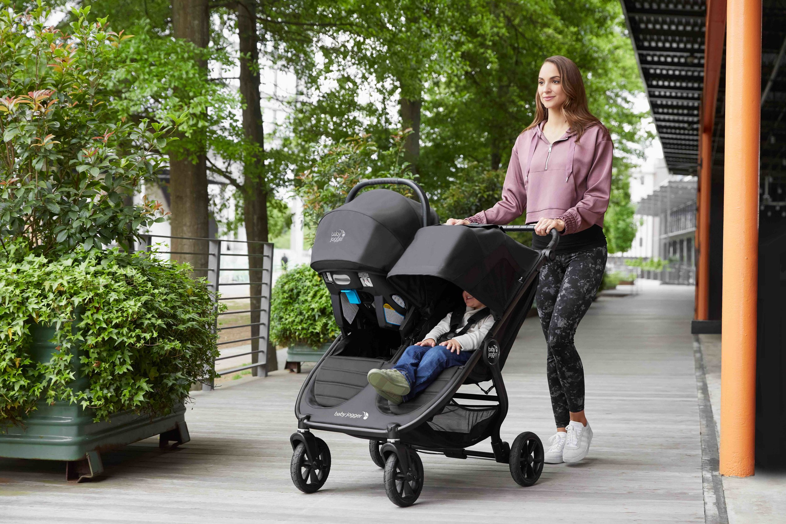 baby_jogger_city_mini_gt2_double_lifestyle_ICS_in_stroller_022.jpg