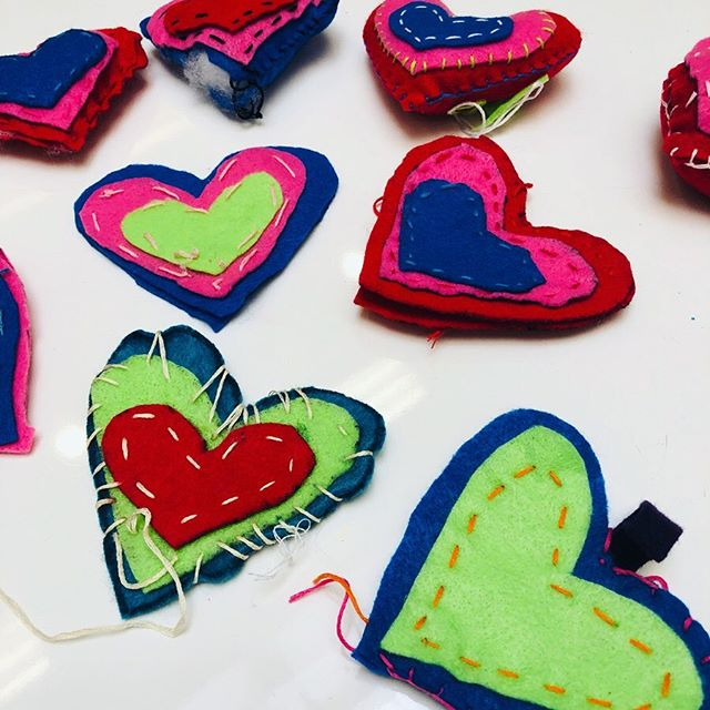 We ❤️sewing! Kiddos learned some basic stitches to make these hearts ❤️🧡💛💚💙💜🖤 #artwithlee #kidsart #artteachersofig #childrensart #chuckjonescenterforcreativity #elementaryart #artteachersofinstragram #artistsoninstagram #artforall #artforkids #getcreative #arteducation #sewing #kidssewing