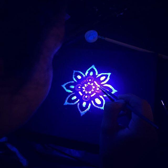 Black light mandala painting party!  #artwithlee #kidsart #artyparty #artteachersofinstagram #artteachersofig #blacklight #blacklightpaint #middleschoolart #artforall #artforkids #getcreative #kidbirthday