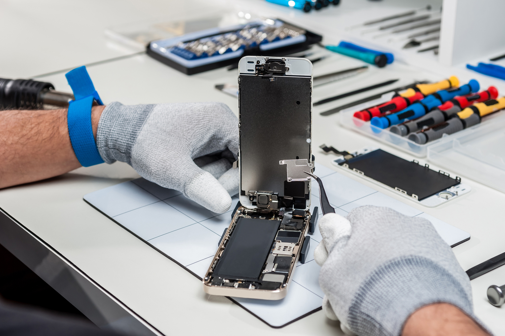 how to choose an iPhone repair shop in La Jolla - tips for choosing an apple certified iPhone screen repair lcd repair water damage - San Diego Mac repair since 2009. fix cracked glass water damag