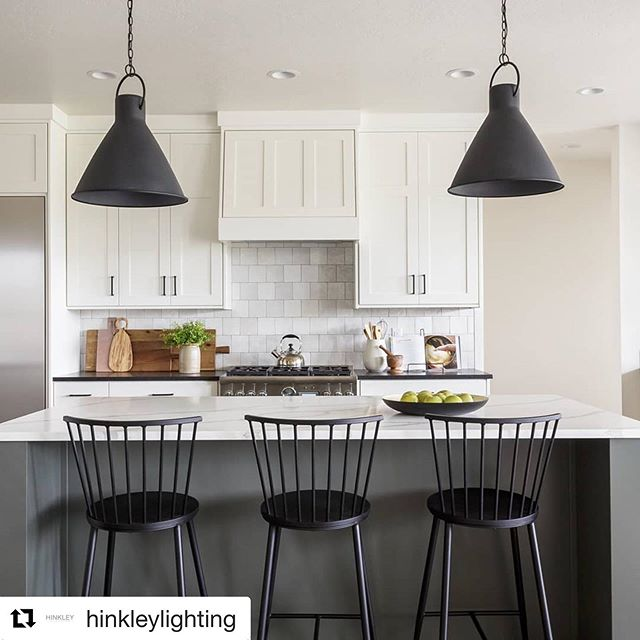 #hinkleylighting #lighting #luxury #islandlighting #designer #interiordesign #homefashion #homedecor #newhome #renovation #custom #wow #cool #yql ・・・ Black and white kitchen with a little help from some natural greenery 🍏 🌱 has us all in the Autumn #mood