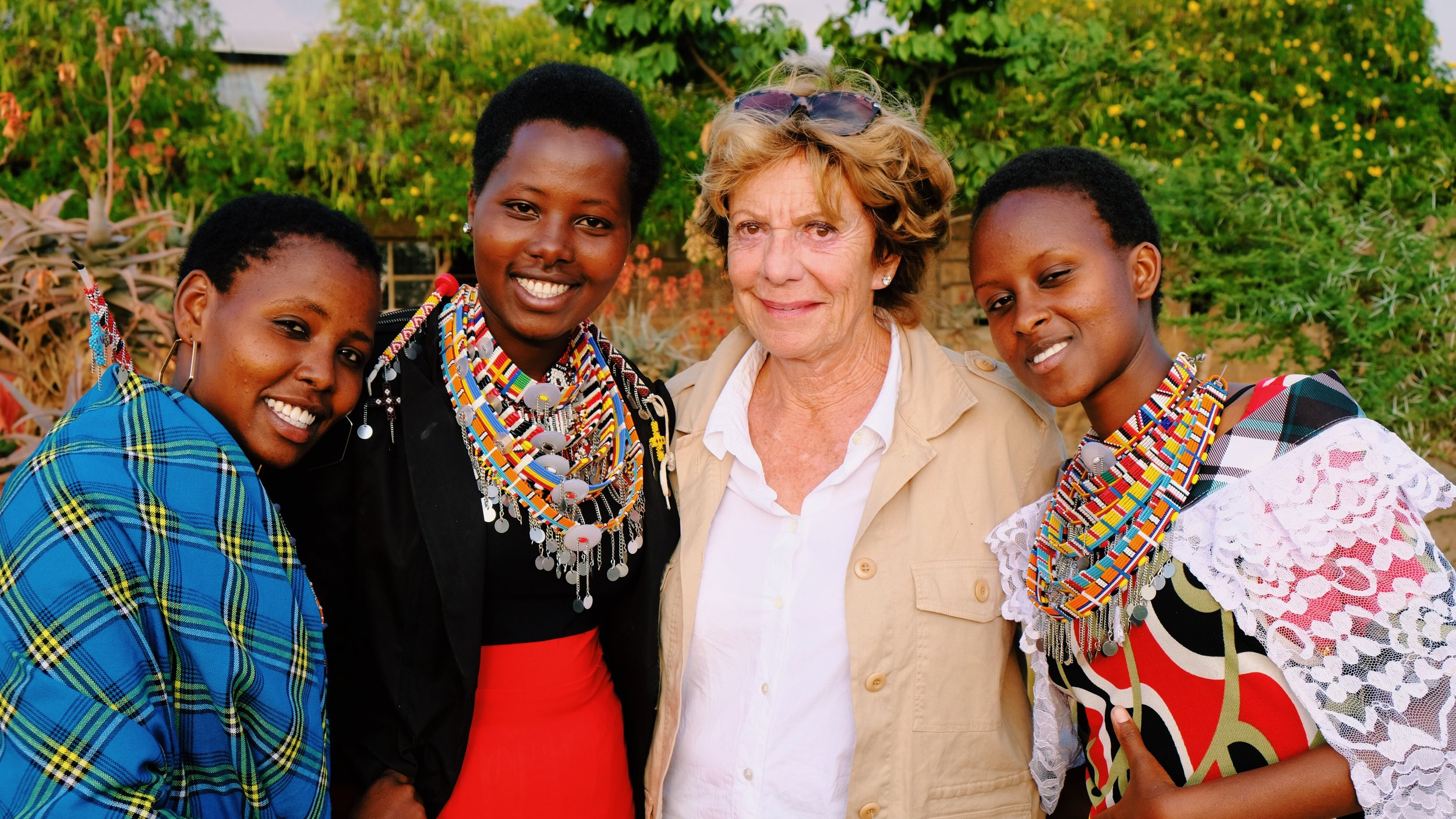 15. Neelie with Maasai girls by Joost Bastmeijer.JPG