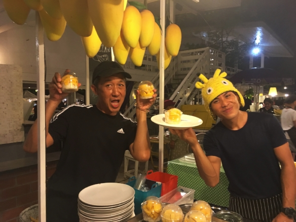 And if the live music and the open air theater weren't enough entertainment at the night market, you could also enjoy the enthusiastic vendors who seemed to love their jobs.