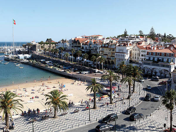 Cascais is a lovely seaside resort town that was just fifteen minutes away by train. We fell in love with it!