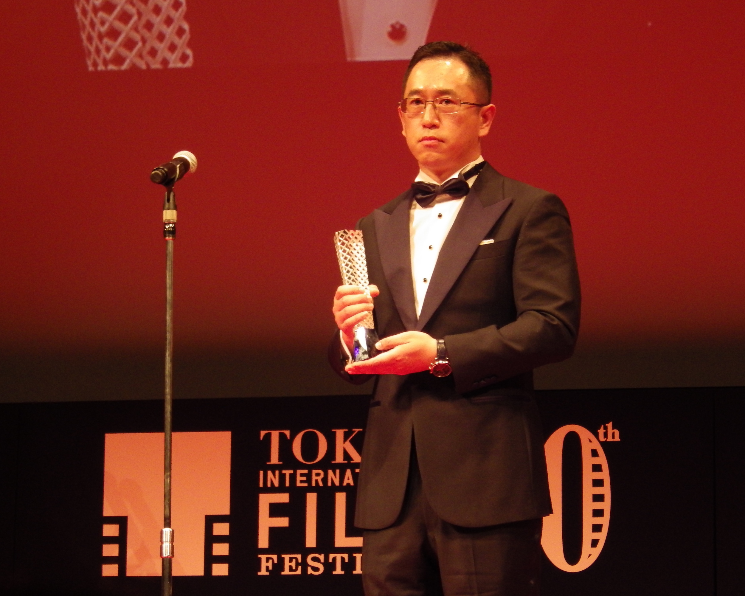 Dong Yue accepting the award for Best Artistic Contribution at the closing ceremony for the 30th Tokyo International Film Festival.