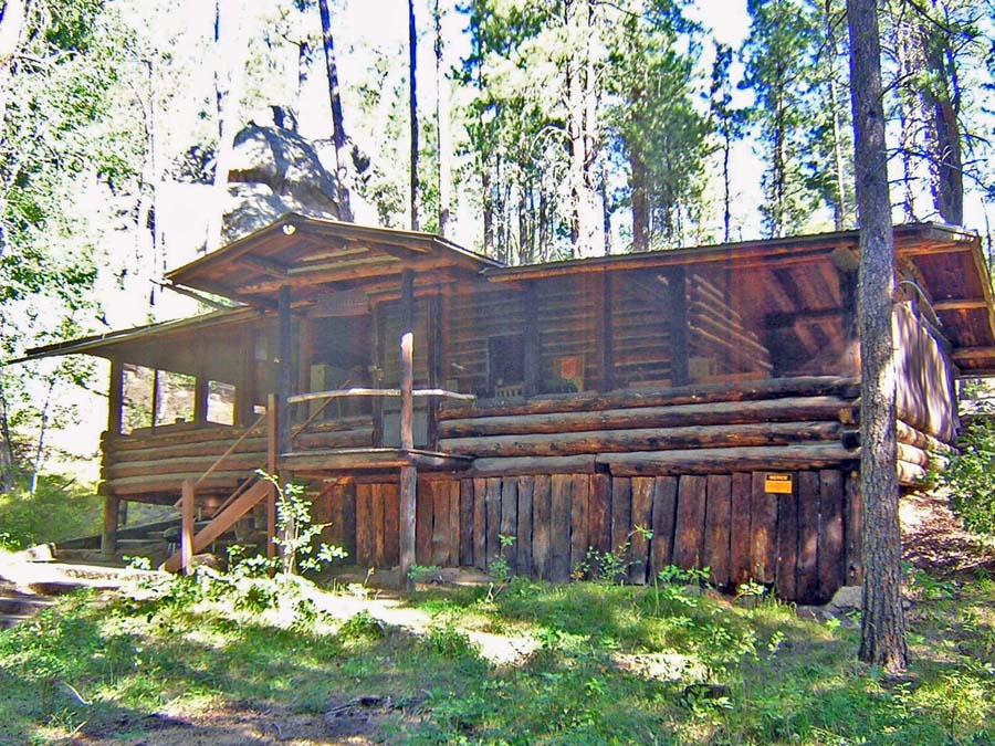 Bishop's Cabin – 2 Queen beds, 1 full, 2 twin